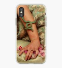 Präraffaelitische Frauenhand mit Schlangenarmband Rosenblattdetail iPhone-Hülle & Cover