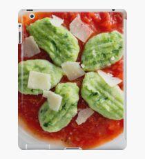 Gnocchi mit Bärlauch in Tomatensauce und Parmesan iPad Case/Skin