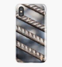 Grillrost Makroaufnahme mit Holzkohle im Hintergrund iPhone Case/Skin