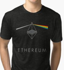 ethereum ETH prisma lichtbrechung floyd regenbogen licht nerd bitcoin blockchain cryptochain währung internet kursgewinn dezentral Tri-blend T-Shirt