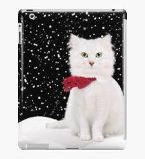 Vinilo o funda para iPad Gato blanco con bufanda roja en un día cubierto de nieve