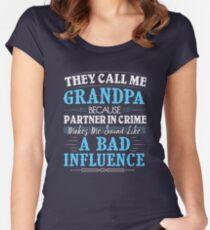 Camiseta entallada de cuello redondo Me llaman abuelo porque soy un compañero de crimen