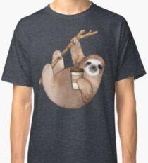 Drei Toed Sloth Just Hanging Out einen Kaffee genießen Classic T-Shirt