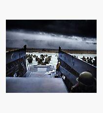 Lámina fotográfica Los hombres del 16. ° Regimiento de Infantería, 1. ° División de Infantería de los EE. UU. Desembarcan en la playa de Omaha la mañana del 6 de junio de 1944 #DDay