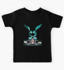 Lewis Hamilton auf seinem Auto Kinder T-Shirt