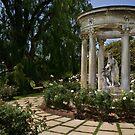 Klassische Statuen in Huntington Rose Garden von Celeste Mookherjee