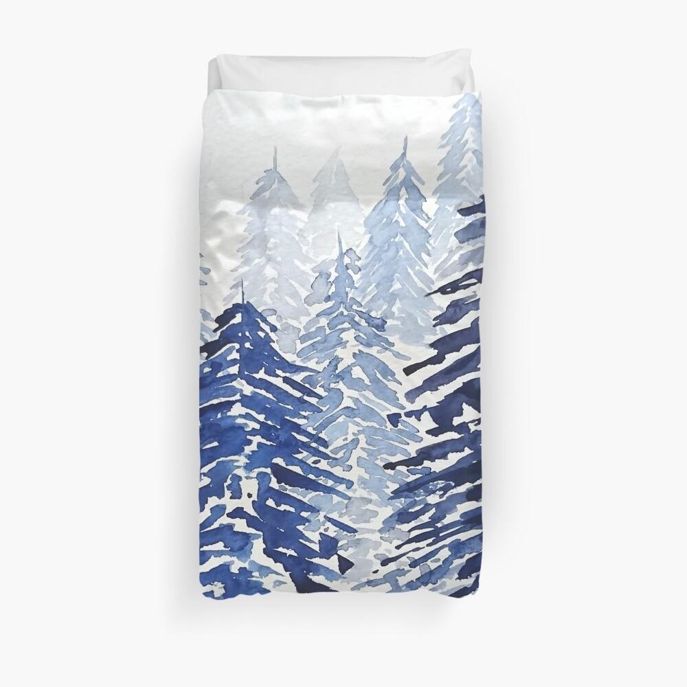 verschneiter Kiefernwald Bettbezug