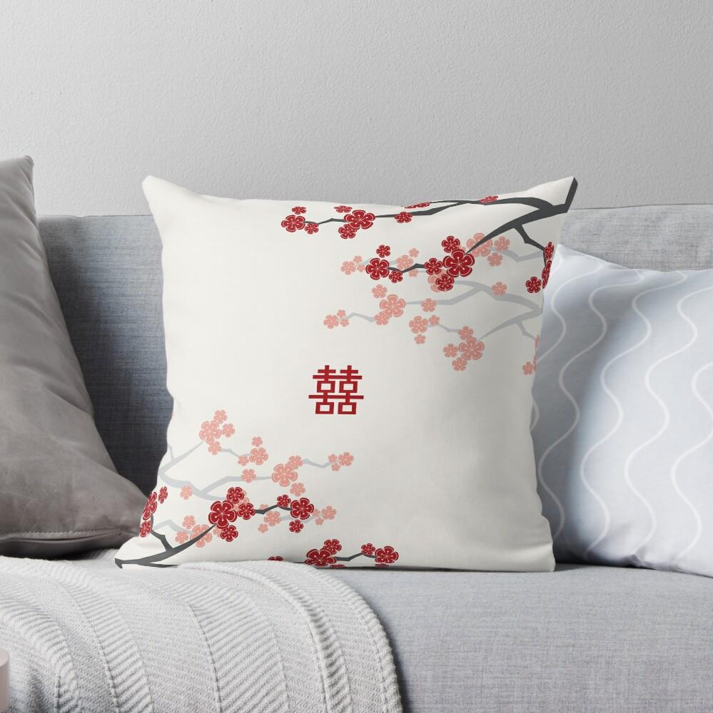 Rote orientalische Kirschblüten auf Elfenbein und chinesischer Hochzeit Japanische Sakura Dekokissen
