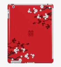 Weiße orientalische Kirschblüten auf rotem und chinesischem Hochzeits-doppeltem Glück | Japanische Sakura iPad-Hülle & Klebefolie