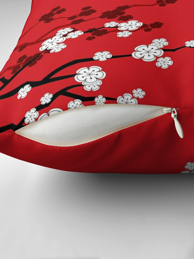 Alternative Ansicht von Weiße orientalische Kirschblüten auf rotem und chinesischem Hochzeits-doppeltem Glück | Japanische Sakura Dekokissen