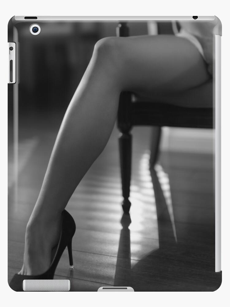 1520683fed4 Sexy longues jambes en hauts talons sensuel noir et blanc closeup de femme  dans une chaise art photo impression