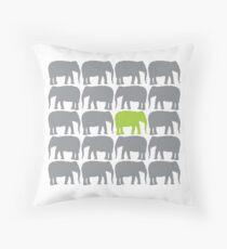 Cojín Un elefante verde en la manada