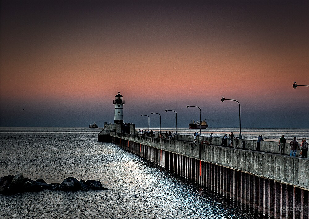 Duluth Harbor North Breakwater Lighthouse by raberry