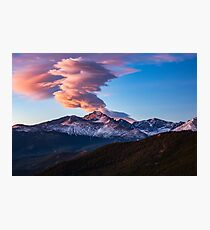 Lámina fotográfica Fuego en la montaña - El amanecer ilumina la nube sobre el pico Longs en Colorado