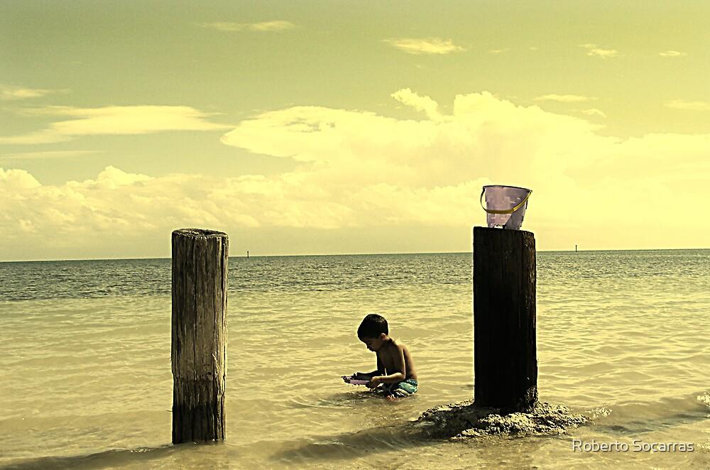 Jugando en la Playa by Roberto Socarras