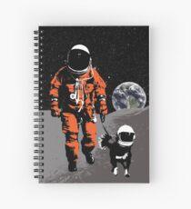 Astronaut, der seinen Hund auf dem Mond geht Spiralblock