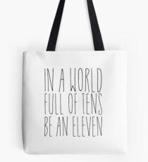 In einer Welt voller Zehn - Schwarz Tote Bag
