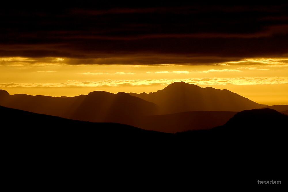 A setting sun in the mountains of Tasmania by tasadam