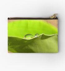 Portfolio: Wassertropfen auf grünem Blatt Täschchen