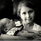 Kleines Mädchen, das Baby hält von Evita