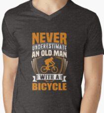Camiseta de cuello en V Nunca subestimes a un anciano con una bicicleta divertida