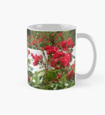 Rote Rosen, die vom Sommer singen Tasse (Standard)