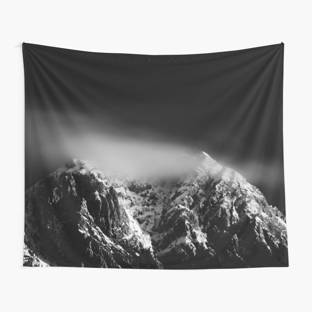 Schwarze und weiße Langzeitbelichtung von Wolken über Berg Wandbehang