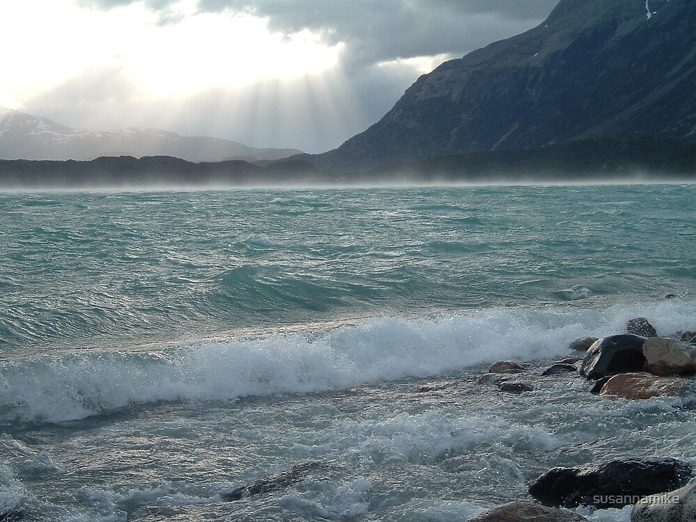 Waves in Patagonia by susannamike