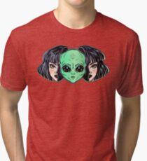 Camiseta de tejido mixto Retrato vibrante colorido de un extranjero de la cara del espacio exterior en disfraz como muchacha humana.