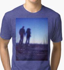 Gehendes Händchenhalten der romantischen Paare auf Strand im blauen Mittelformatfarbnegativfilmfoto Vintage T-Shirt