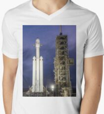 Spacex Falcon Heavy in der Nacht T-Shirt mit V-Ausschnitt für Männer