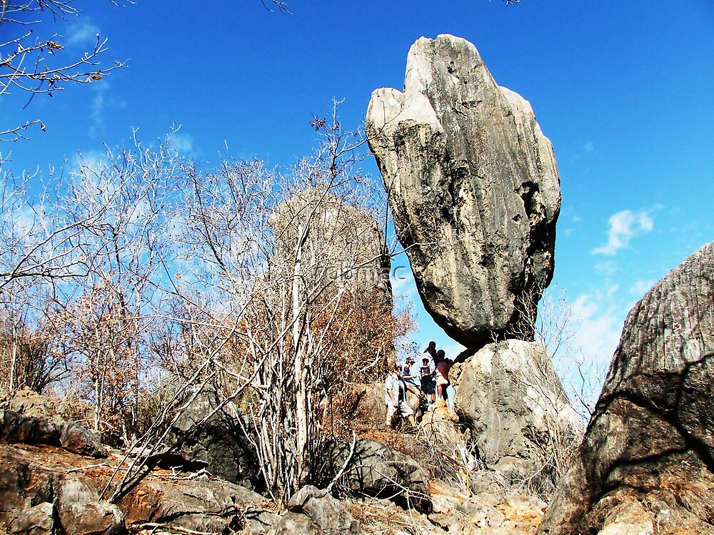 Balancing rock Chilligoe by robmac