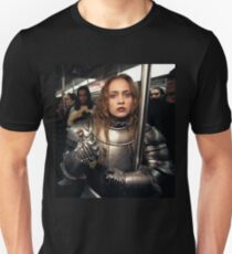 Fiona Apple im Rüstungsanzug Slim Fit T-Shirt