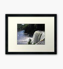 Lámina enmarcada Hermosa cascada en el norte de Michigan