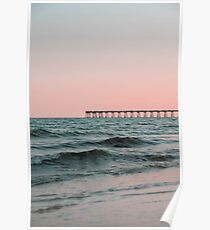 Rosafarbener Himmel mit Promenade entlang dem Ozean Poster