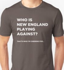 """Gegen wen spielt New England?"" - Lustiges Super Bowl-Shirt Slim Fit T-Shirt"