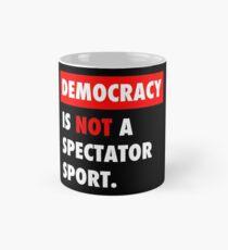Taza clásica La democracia no es un deporte para espectadores