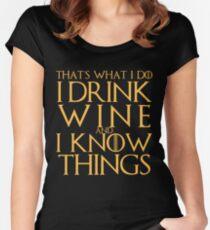 Camiseta entallada de cuello ancho Bebo el vino y sé la camiseta de las cosas