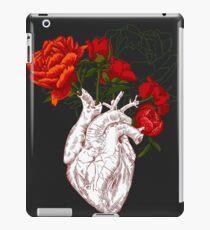 Zeichnen Menschliches Herz mit Blumen iPad-Hülle & Skin