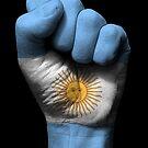 Flagge von Argentinien auf einer angehobenen geballten Faust von jeff bartels