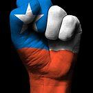 Flagge von Chile auf einer angehobenen geballten Faust von jeff bartels
