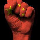 Flagge von China auf einer angehobenen geballten Faust von jeff bartels