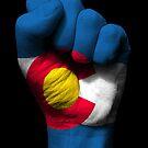 Flagge von Colorado auf einer angehobenen geballten Faust von jeff bartels