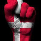 Flagge von Dänemark auf einer angehobenen geballten Faust von jeff bartels