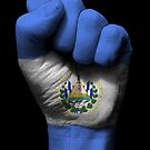 Flagge von El Salvador auf einer angehobenen geballten Faust von jeff bartels