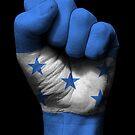 Flagge von Honduras auf einer angehobenen geballten Faust von jeff bartels