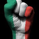 Flagge von Italien auf einer angehobenen geballten Faust von jeff bartels