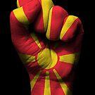 Flagge von Mazedonien auf einer angehobenen geballten Faust von jeff bartels