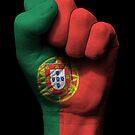 Flagge von Portugal auf einer angehobenen geballten Faust von jeff bartels