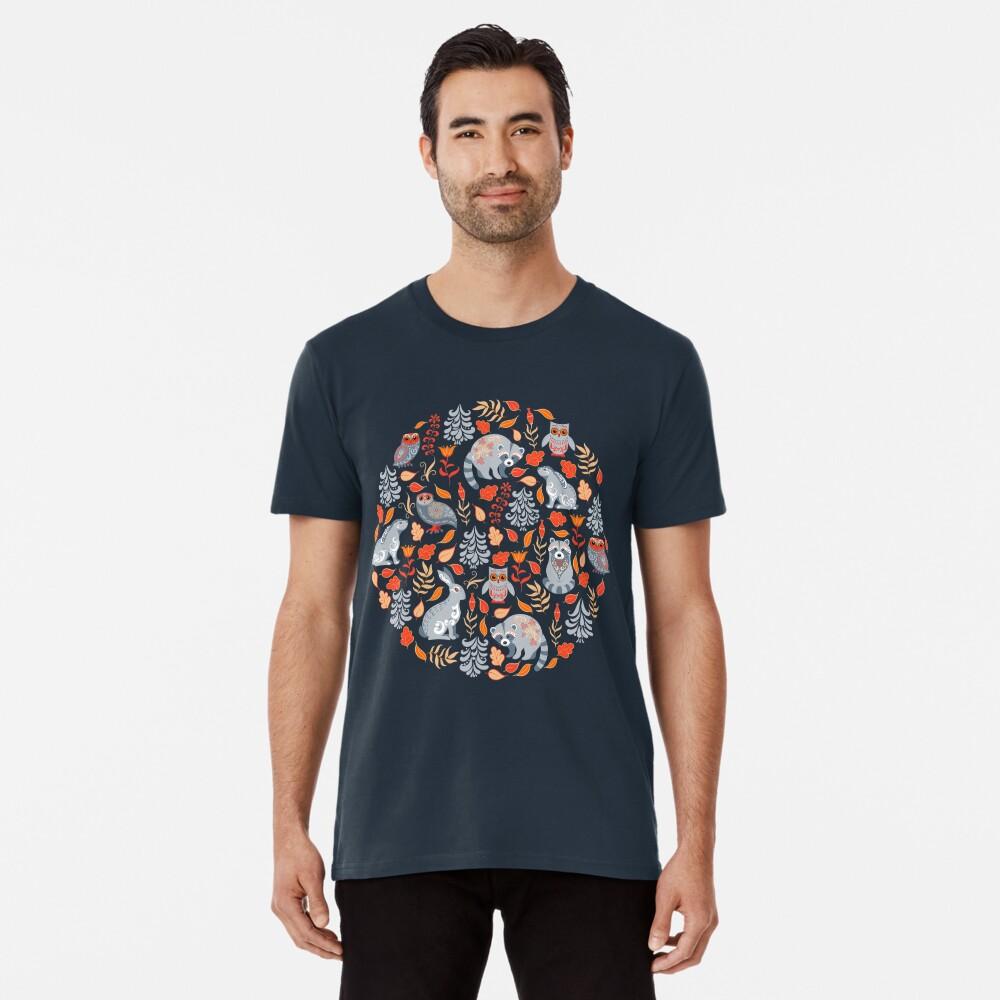 Märchenwald mit Waschbären und Hasen, Weißtannen, Blumen und Kräutern. Premium T-Shirt